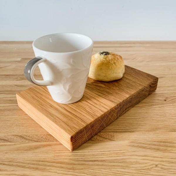 Drevený podnos na kávu a koláčik